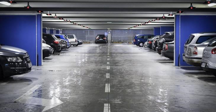 Automobili parkirani u garaži