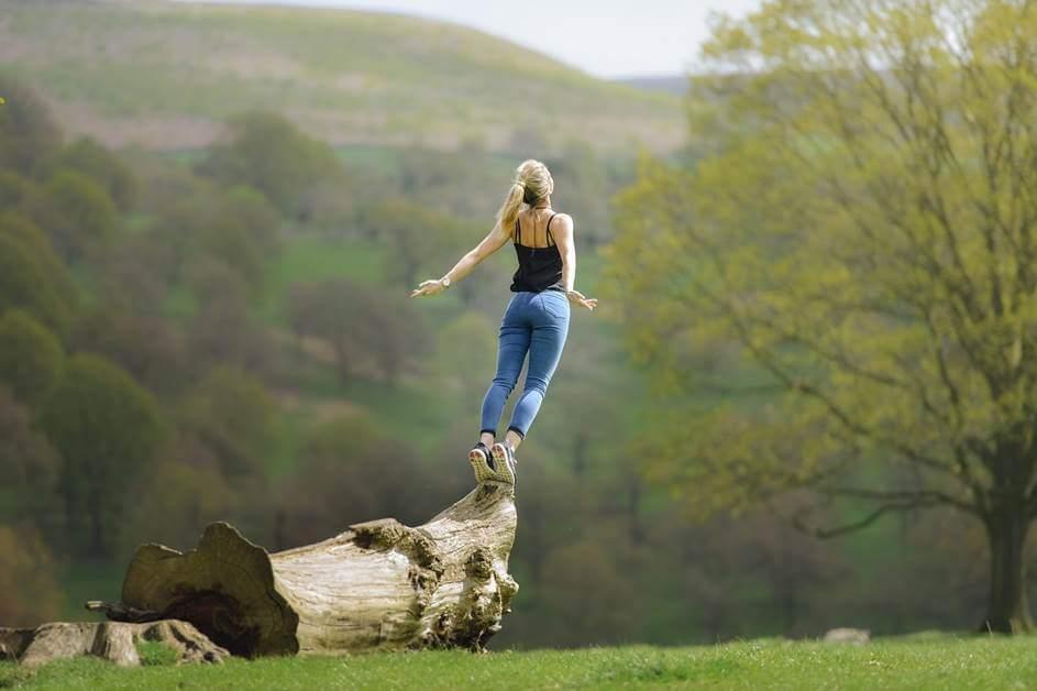 Devojka na drvetu stoji