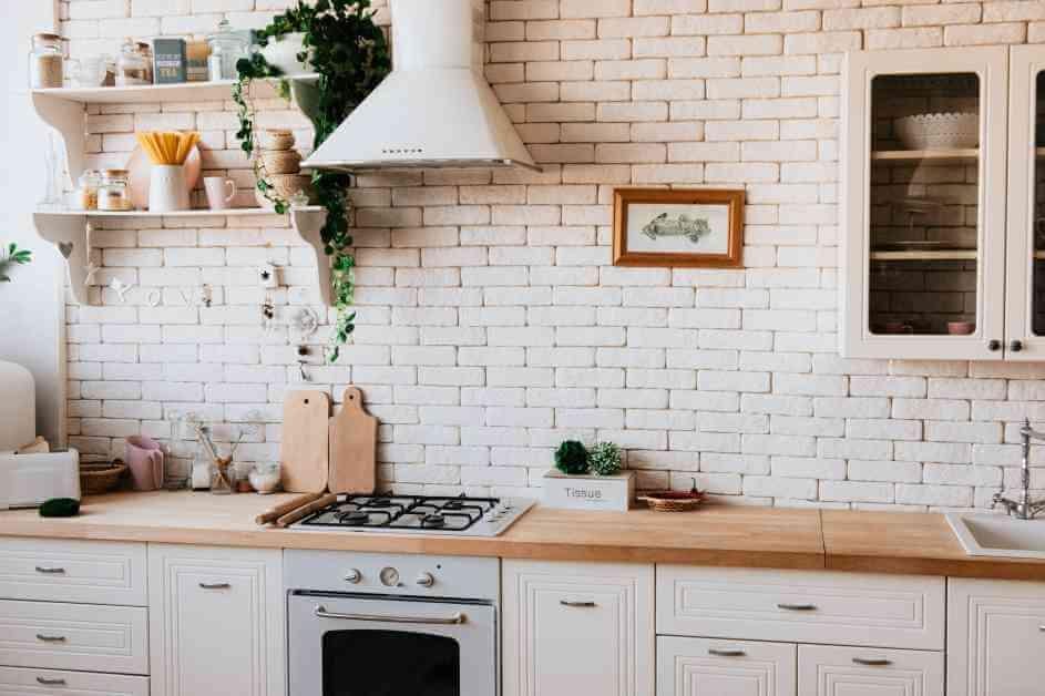 Kuhinja sa belim zidom