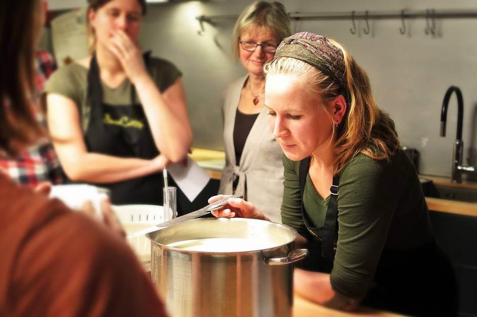 Žene okupljene oko šerpe na kursu kuvanja