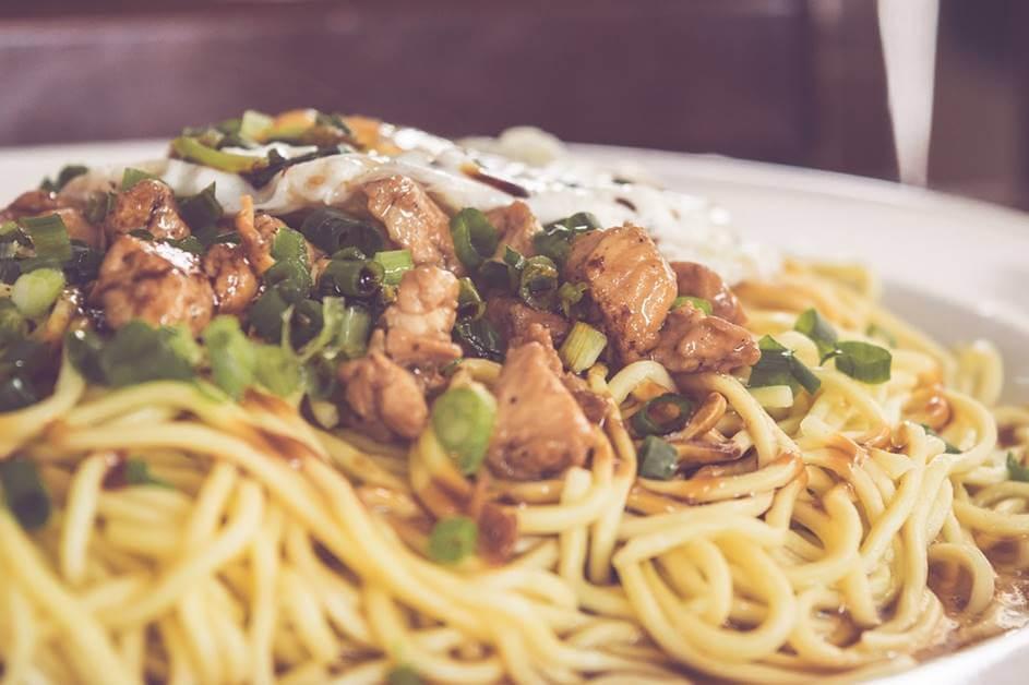 Kineska hrana - nudle sa povrćem i mesom