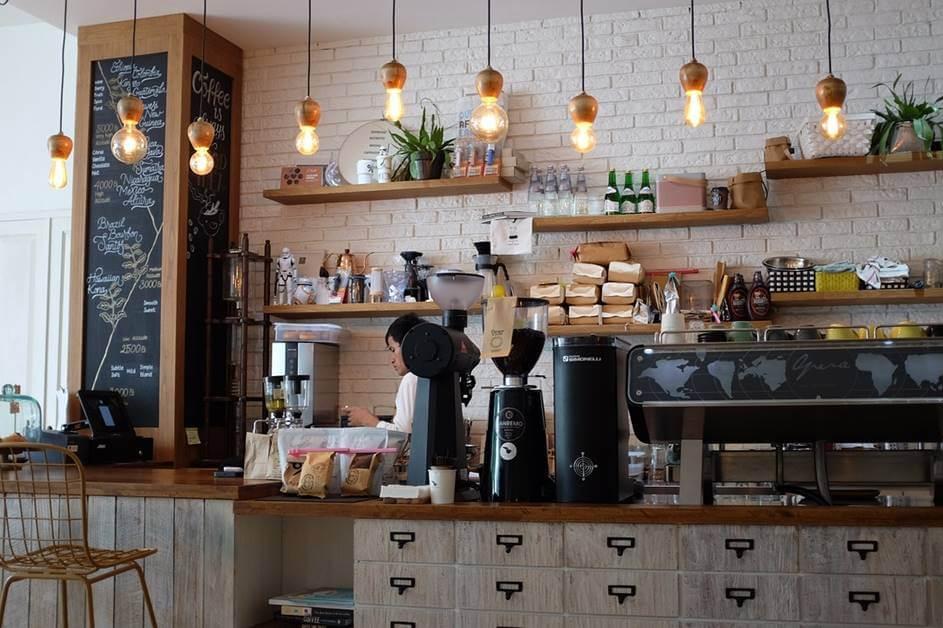 Barista u kafiću