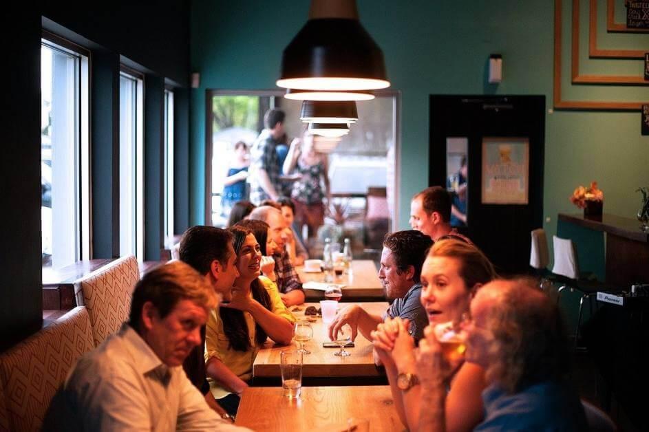 Ljudi sede u restoranu i razgovaraju
