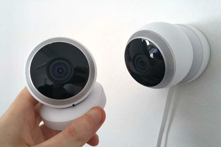 okrugla video kamera na belom zidu