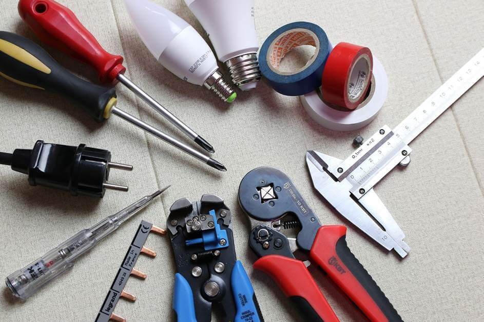 alat za majstora, koji se nalazi na podu