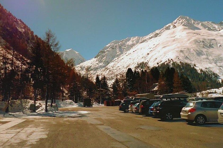 Parking sa automobilima u podnožju planine