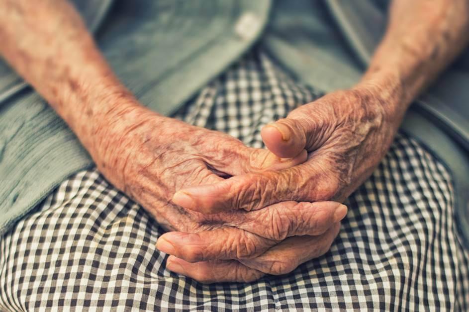 Ruke starije bake
