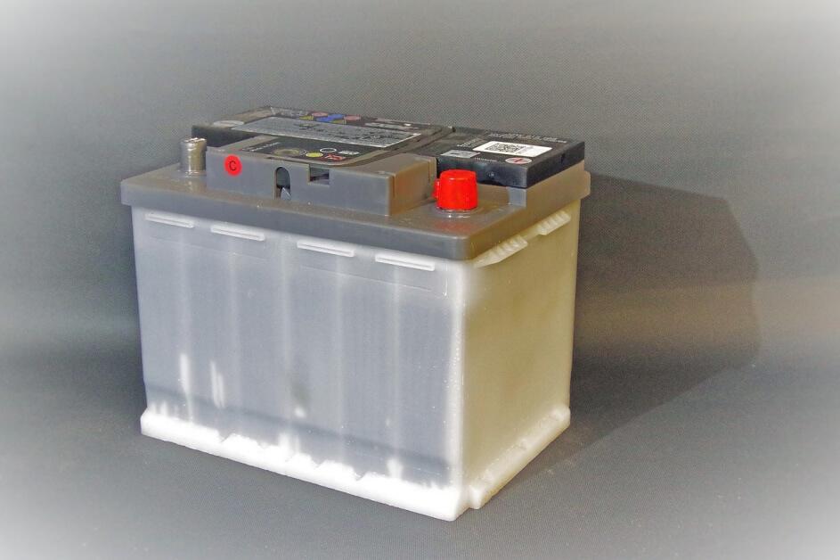 Fotografija sivog akomulatora na podu