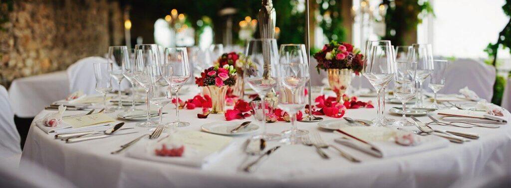 Svečano postavljen sto u restoranu za venčanje
