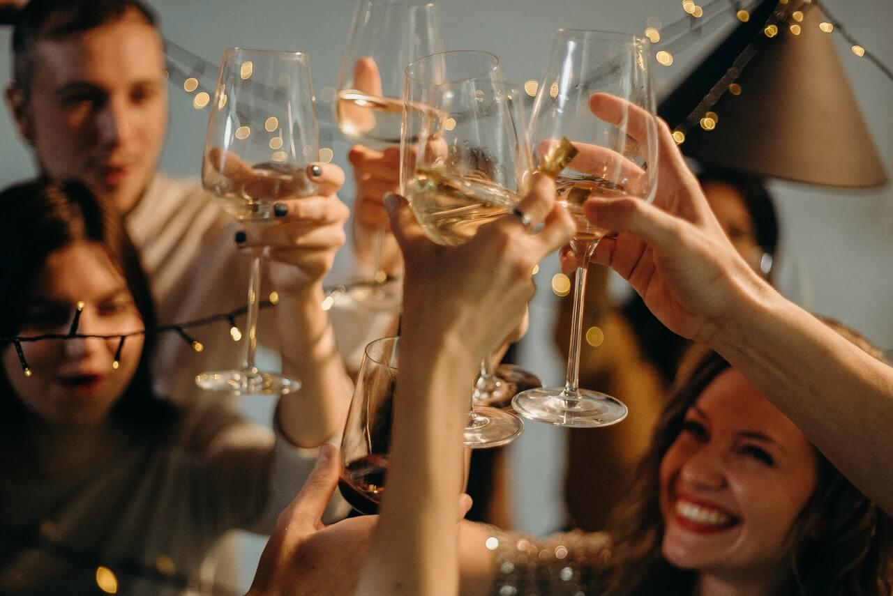 Prijatelji nazdravljaju i proslavljaju novu godinu